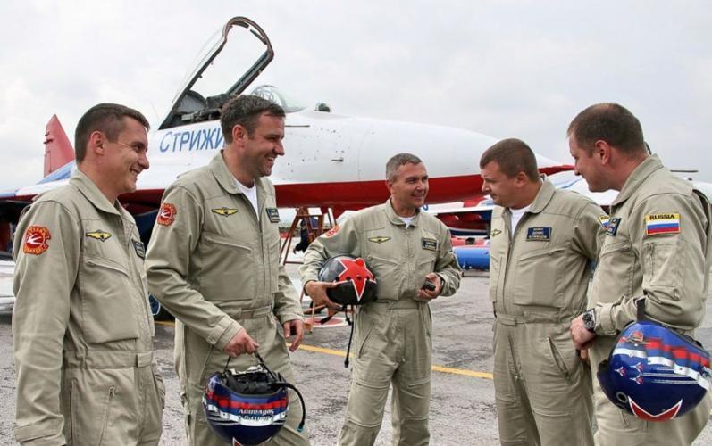 Пилоты пилотажной группы стрижи с обращением к детям